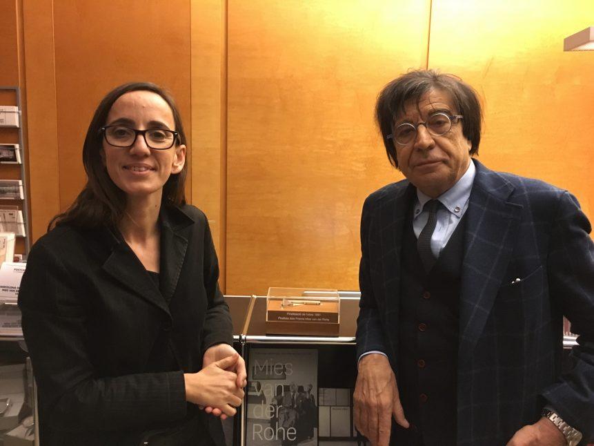 dia de la cessió de la maqueta en plata de llei del Club Nàutic de l'Estartit a Anna Ramos directora de la Fundació i Premis Mies van der Rohe.