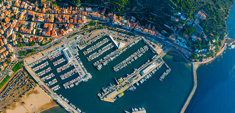643 moorings in 70.000 m2 of completely renovated facilities and a whole world of services